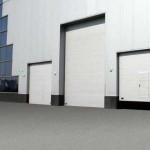 hala a tři různé velikosti průmyslových vrat, z toho dvoje s integrovanými dveřmi