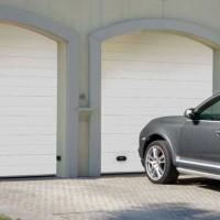dvoje sekční garážová vrata bílá a vůz před nimi