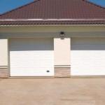dům a dvoje bílá garážová vrata