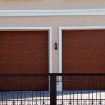dvoje garážová vrata ve dřevěném designu
