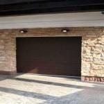 část domu s garážovými vraty v imitaci dřeva