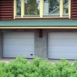 dům se dvěmi garážovými vraty v bílé barvě