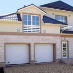 dům se dvěmi garážovými vraty v bílém provedení
