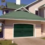 dům s garážovými vraty v zelené barvě