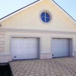 dům se dvěmi garážovými vraty v bílém provedení v kazetovém designu