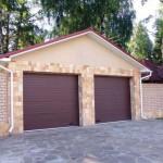 dům se dvěmi garážovými vraty s dřevěném designu