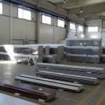 skladový prostor s panely pro výrobu vrat