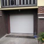 Rodinný dům v Tuchlovicích, bílá garážová vrata
