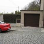 Rodinný dům v Kladně,hnědá garážová vrata
