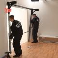 dva pracovníci při montáži vrat