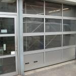 prosklená průmyslová vrata s integrovanými dveřmi