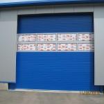 modrá průmyslová vrata s prosklením