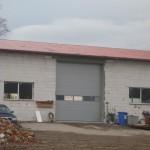 stavba s průmyslovými garážovými vraty s prosklením