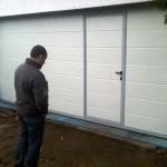 Autodílna s garážovými vraty s integrovanými dveřmi